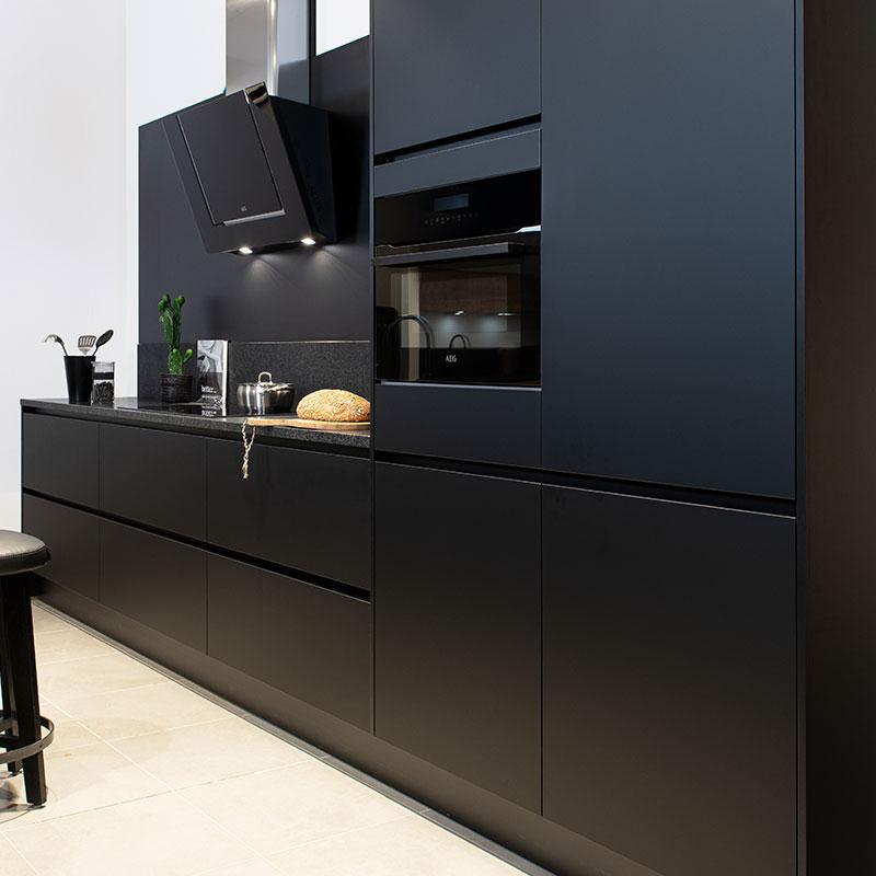 Zwarte keuken met zwart werkblad