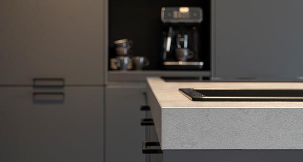 Antraciet elementen in de keuken