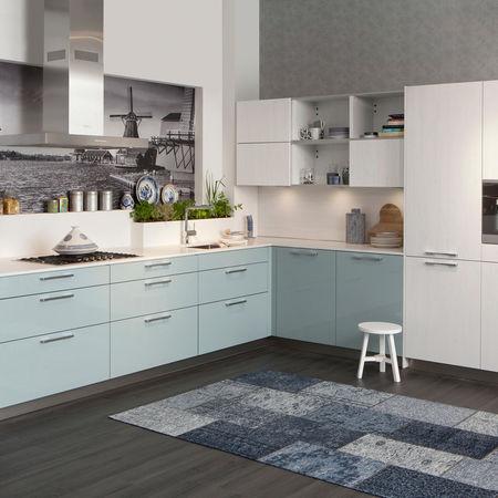 Strakke keuken met blauwe kasten