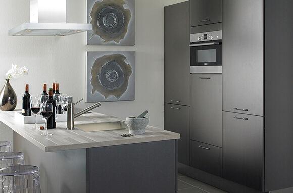 Donkere keuken met kookeiland