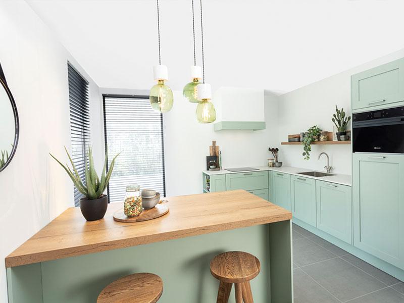 Groene keuken met hout