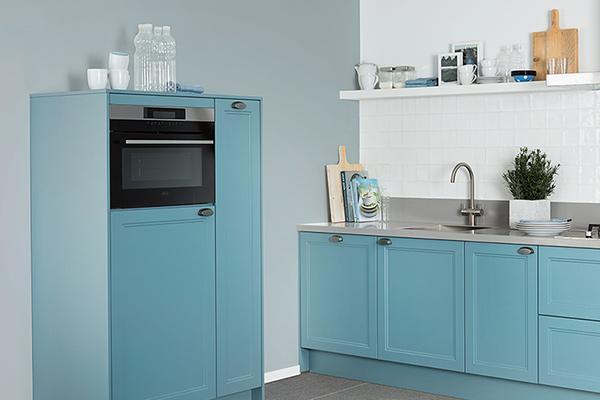 Keuken met blauwe deuren